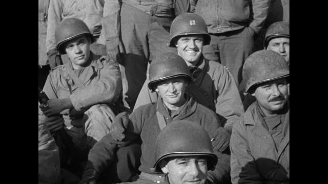 vídeos de stock e filmes b-roll de group shot large group of us soldiers, some of them medics / vs medics, soldiers walk in two lines toward camera; some smile as they approach / vs... - world war ii