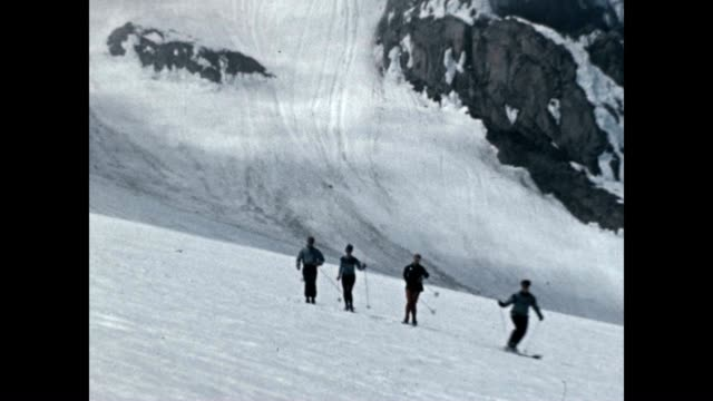 group skiing in the snowy cascades - mount rainier stock-videos und b-roll-filmmaterial