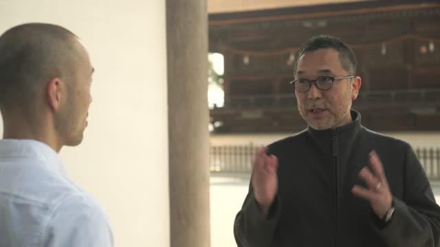 グループでの会話をする日本の神社 - 不満点の映像素材/bロール