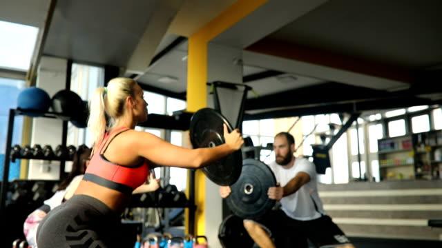 vídeos de stock, filmes e b-roll de formação de grupo em ginásio - sutiã para esportes