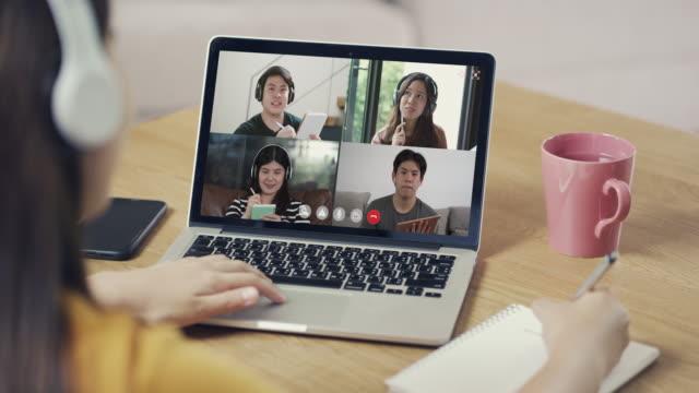 vídeos de stock e filmes b-roll de group video conferencing and online meeting and writing notes, working from home - aula de formação