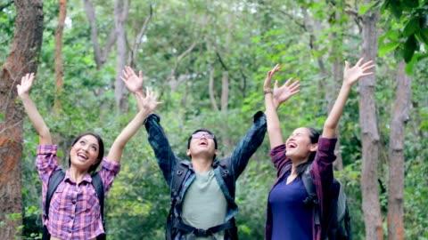 grupp unga asiatiska njuter i skogen, slowmotion - exalterande bildbanksvideor och videomaterial från bakom kulisserna