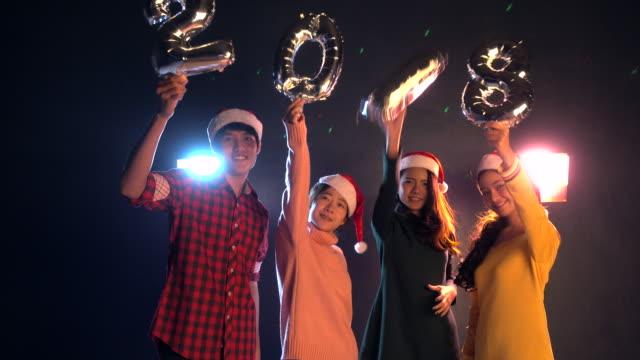 暗い部屋でパーティーを踊るグループ ヤングス