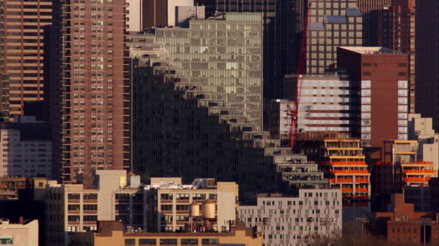 vídeos de stock, filmes e b-roll de a grouping of architectural buildings on the west side of manhattan during dusk. - plano médio
