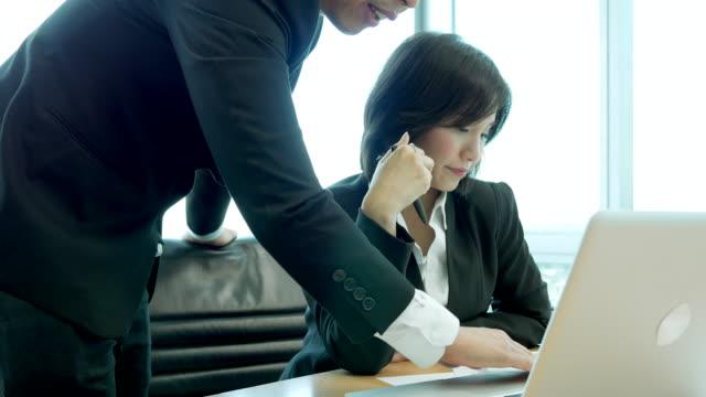 vídeos de stock, filmes e b-roll de grupos de executivos que encontram-se - perguntando