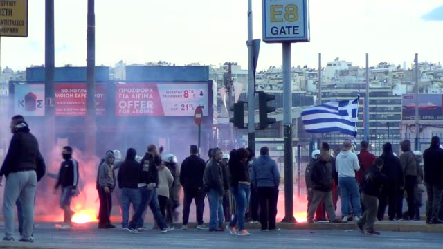 stockvideo's en b-roll-footage met groups of masked blackclad men and farright activists rampaged through the streets next to the port of piraeus on sunday evening during a so called... - athene griekenland