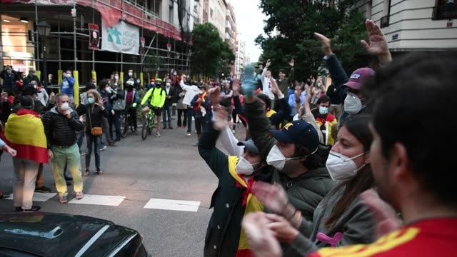 vídeos de stock e filmes b-roll de groups of people participate with spanish flags hitting saucepans and shouts calling for the resignation of the government and against the... - panela utensílio