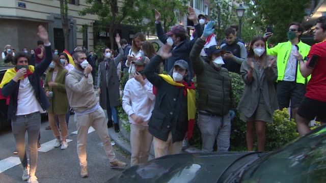 vídeos y material grabado en eventos de stock de groups of people participate with spanish flags hitting saucepans and shouts calling for the resignation of the government and against the... - salamanca