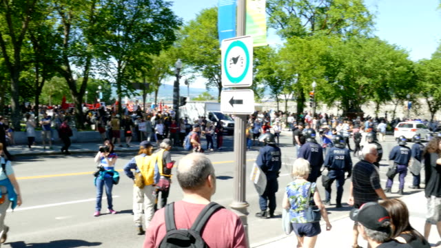 groups of riot police in position, waiting for protest march. - 緊急用具点の映像素材/bロール
