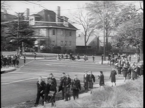 stockvideo's en b-roll-footage met b/w 1938 groups of schoolchildren crossing street + walking on sidewalks / memphis, tennessee - 1938