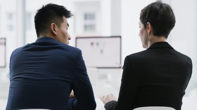 vídeos de stock, filmes e b-roll de empresas em crescimento adoram equipes de trabalho duro - atrás