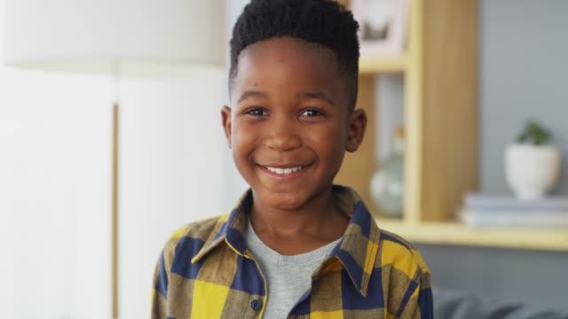 vidéos et rushes de grandir dans une maison qui le rend heureux - un seul petit garçon