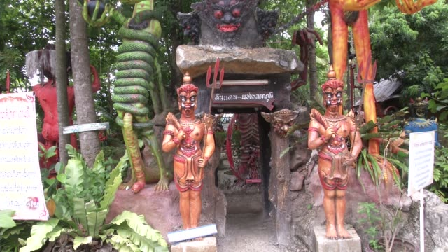 """vídeos y material grabado en eventos de stock de gruesome statues of scenes from hell at wat mae kaet noi or the """"hell temple"""" in mae rim, chiang mai, thailand. it was created by pra kru... - budismo"""