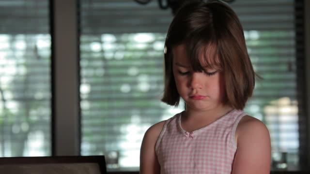 vídeos de stock, filmes e b-roll de zangado menina - amuado