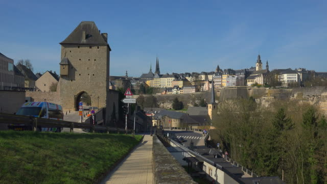 vidéos et rushes de grund in the alzette valley and upper town, luxembourg city, grand duchy of luxembourg - grand duché du luxembourg