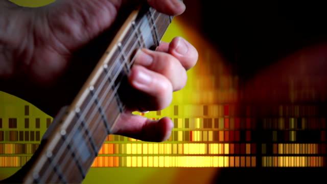 vídeos y material grabado en eventos de stock de guitarras de rock grunge. alta definición - diapasón instrumento de cuerdas