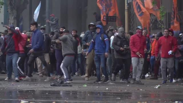 grupos de jovenes chocaron el miercoles con la policia en los alrededores del congreso en buenos aires mientras este debatia el presupuesto de 2019... - congreso stock videos and b-roll footage