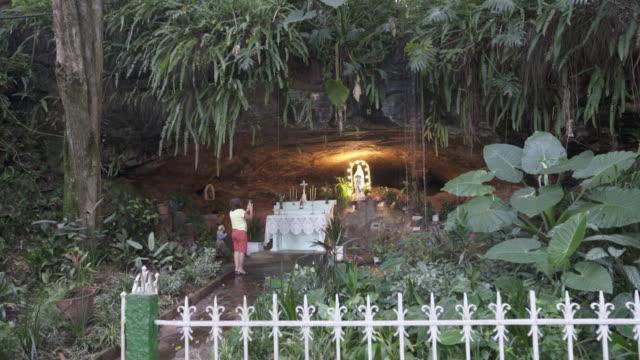 vídeos de stock, filmes e b-roll de gruta natural de antônio prado, rio grande do sul, brazil. - grotto cave