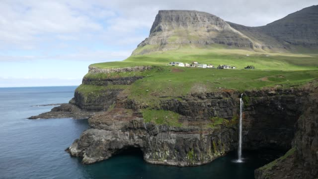 gásadalur with múlafossur waterfall on faroe islands - atlantik stock-videos und b-roll-filmmaterial