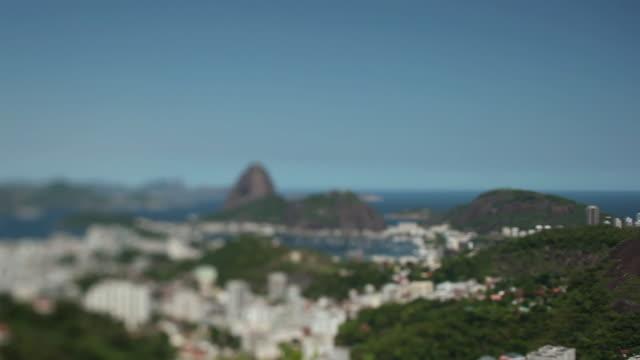 vidéos et rushes de ws r/f guanabara bay with pao de acucar mountain / rio de janeiro, brazil - fondu d'ouverture