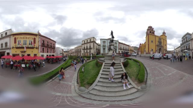 vídeos de stock e filmes b-roll de guanajuato city doowntown in 360 vr - panorama equiretangular