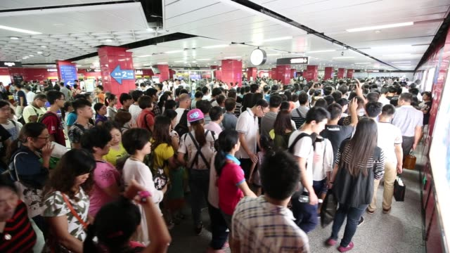 vídeos y material grabado en eventos de stock de guangzhou railway station metro is one of the most crowded metro station in guangzhouit's hard to move in this place - guangzhou