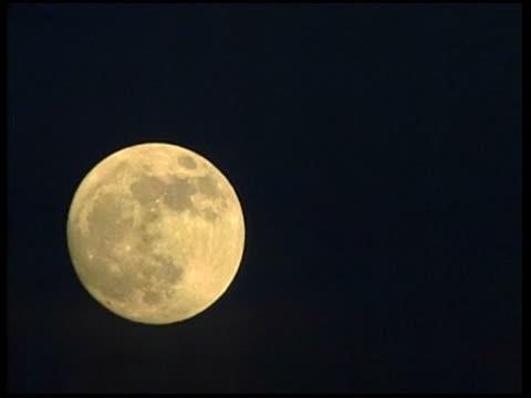 vídeos de stock, filmes e b-roll de general views full moon rising/ general views of dramatically clouded sky over guantanamo bay - visão geral