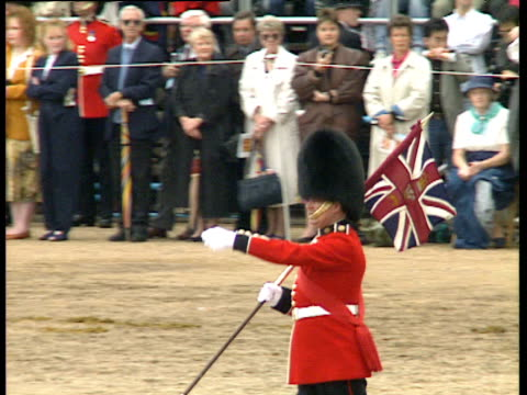 vidéos et rushes de guard in bearskin hat marches with union flag over shoulder past watching crowds trooping the colour; 09 jun 90 - monarchie anglaise