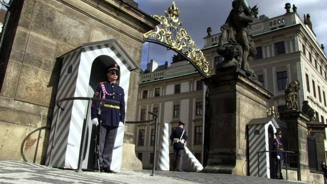 stockvideo's en b-roll-footage met ms guard moving rock pillars at prague castle entrance / prague, hlavni mesto praha, czech republic - praagse burcht
