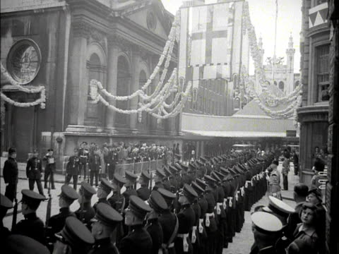 guard of honour shoulder their rifles in unison outside the guildhall. 1953. - rathaus stock-videos und b-roll-filmmaterial