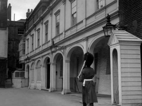 guard patrols in the ambassador's court in st james's palace. 1950's. - 外交点の映像素材/bロール