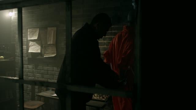 wache sträflinge hände im gefängnis handschellen anziehen - festnahme stock-videos und b-roll-filmmaterial