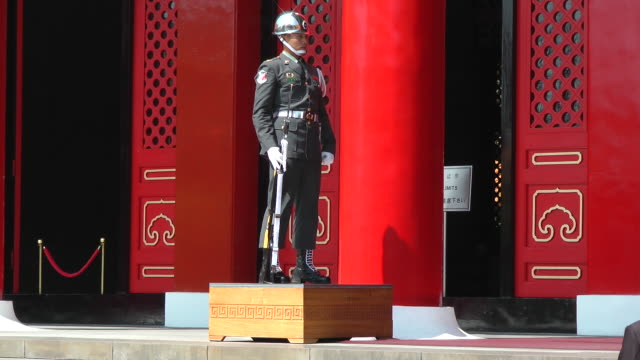 guard slowly steps up to platform at martyrs shrine in taipei, taiwan - taipei stock videos & royalty-free footage