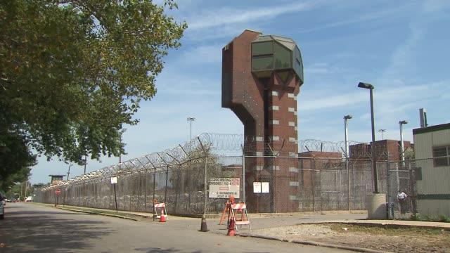 vidéos et rushes de guard tower at cook county jail - chicago