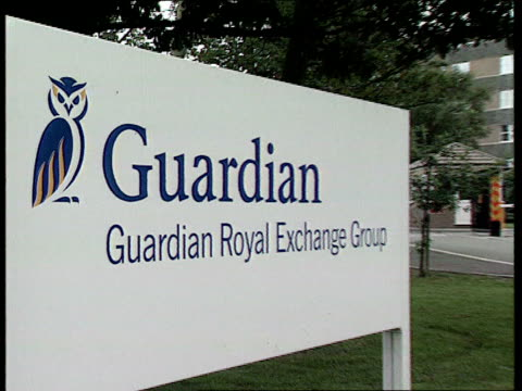 guardian royal exchange takeover talks; lib england: lytham: ext sign 'guardian royal exchange group' pull out as offices seen behind cf = b0547769... - リザムセントアンズ点の映像素材/bロール