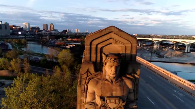 "stockvideo's en b-roll-footage met ""guardians of traffic"" statues during sunset in cleveland ohio - ohio"