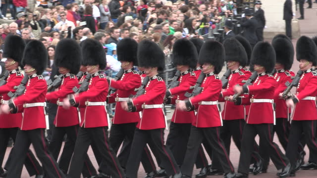 guards marching at buckingham palace - 近衛兵点の映像素材/bロール