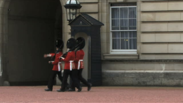 vidéos et rushes de guards marching in front of buckingham palace, uk - british military