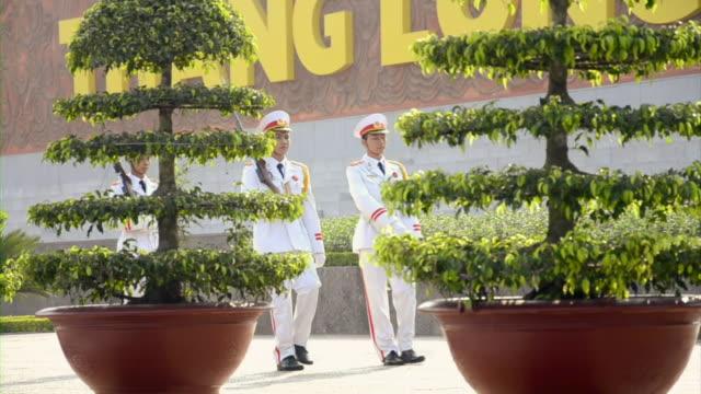 vidéos et rushes de ms guards marching in front of ho chi minh mausoleum / hanoi, vietnam - président