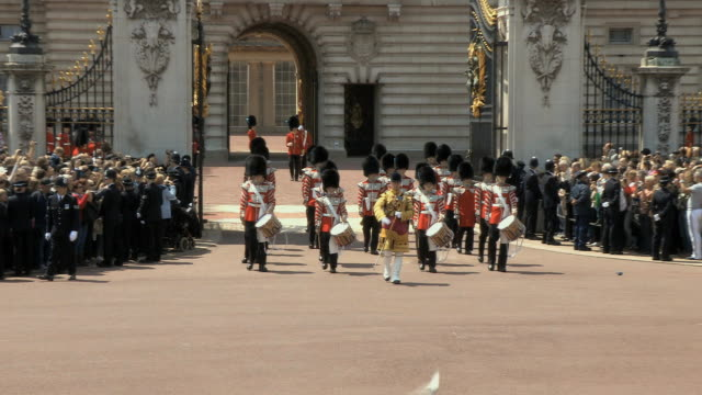 ms zo guards parade in buckingham palace audio / london, united kingdom - 近衛兵点の映像素材/bロール