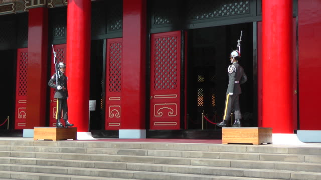 guards slowly step down from platform at martyrs shrine in taipei, taiwan - taipei stock videos & royalty-free footage