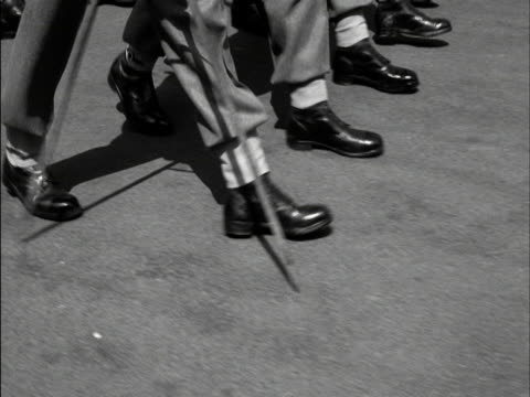 stockvideo's en b-roll-footage met a guardsman uses a pace stick to measure a march by the coldstream guards during a rehearsal for the trooping the colour 1959 - militair uniform