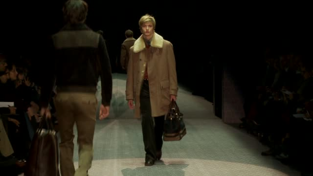 vidéos et rushes de milan men's fashion week a/w 2011 on january 17 2011 in milan italy - collection automne hiver