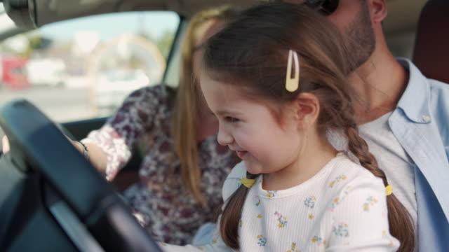 彼女は今私たちの運転手だと思う - 楽しさ点の映像素材/bロール