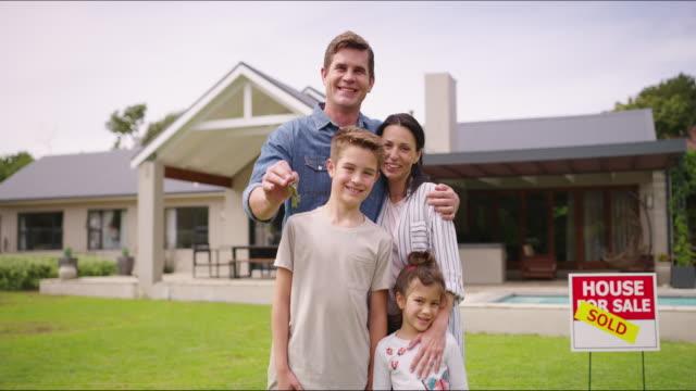 vídeos y material grabado en eventos de stock de supongo que acabo de comprar una casa nueva - finanzas familiares