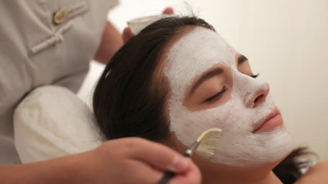 vídeos de stock e filmes b-roll de  pan guest having mask applied during spa facial treatment / stowe, vermont, united states - pessoas bonitas