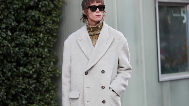 stockvideo's en b-roll-footage met a guest is seen wearing creme white wool coat turtleneck black boots during milan fashion week fall/winter 2020/2021 on january 11 2020 in milan italy - coltrui