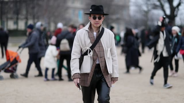 vídeos de stock, filmes e b-roll de a guest is seen wearing hat white jacket sunglasses outside kenzo during paris fashion week menswear f/w 20192020 day six on january 20 2019 in paris... - artigo de vestuário para cabeça