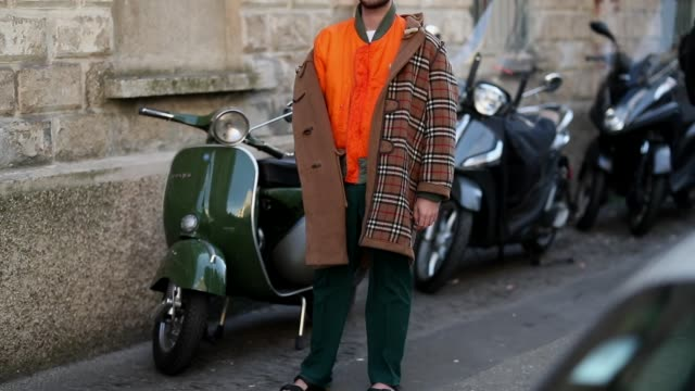 vidéos et rushes de a guest is seen wearing orange jacket plaid burberry coat during milan menswear fashion week autumn/winter 2019/20 on january 12 2019 in milan italy - burberry