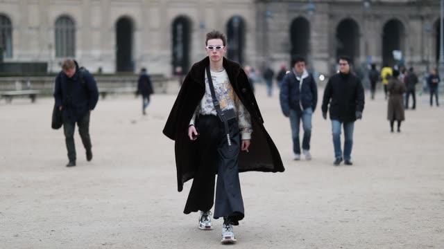 vidéos et rushes de guest is seen wearing wide leg pants, sunglasses, bag, coat outside kenzo during paris fashion week - menswear f/w 2019-2020 day six on january 20,... - pantalon